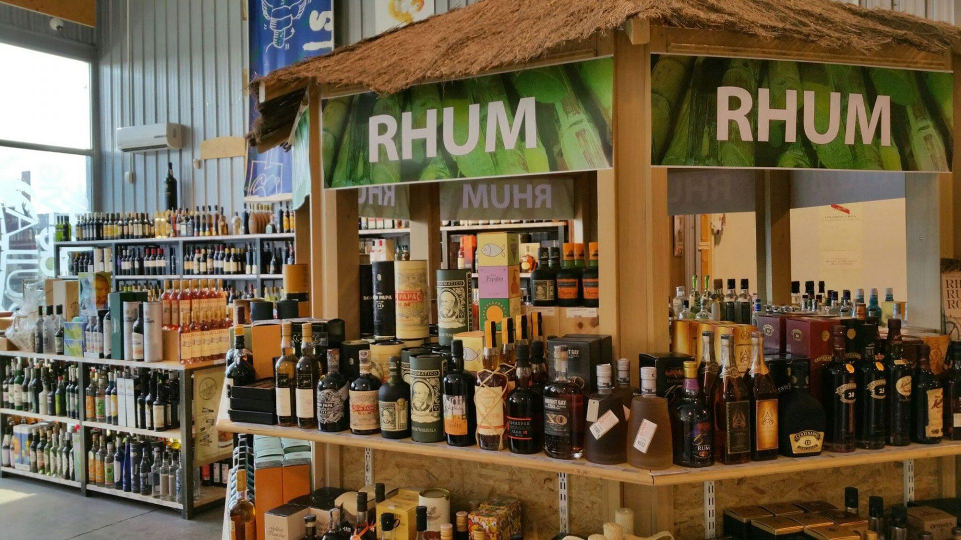 Partie Rhum du magasin. Énormement de produits différents y sont exposés.